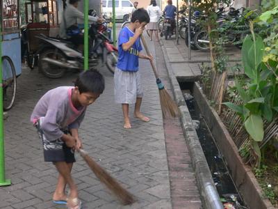 Kepedulian akan kebersihan lingkungan memang harus ditularkan kepada